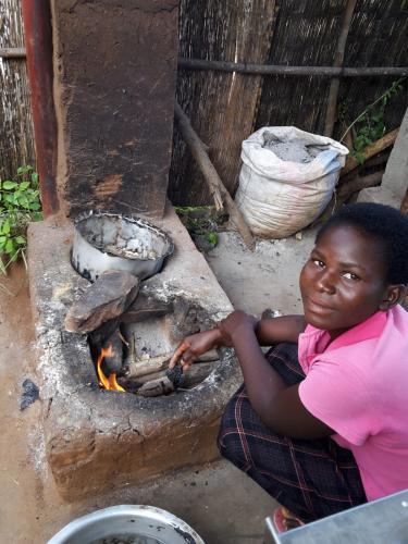 """Heute war ich in der """"Küche"""" tätig... Da der zuständige Supervisor in das Dorf ist um einem Mitarbeiter beim Hausaufbau zu helfen, da es dieses beim letzten heftigen Regen (letzte Woche) zerstört hat und er unter freiem Himmel schlafen muss..."""