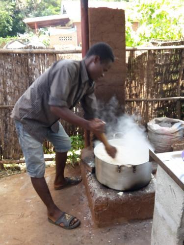 Täglich den Maisbrei Nsima zu kochen ist echt harte Arbeit. Es sollte eben nichts anbrennen - sollte ....