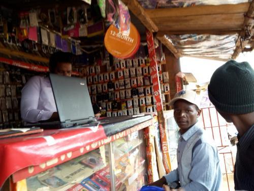 Es gibt diverseste Sachen zum kaufen - wenn man das nötige Geld dazu hat. Hier wieder ein Stand mit Equipment für Handybesitzer.