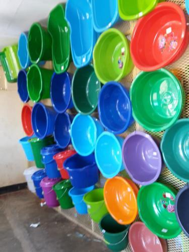 Plastik ist hier sehr wichtig, weil alles andere für uns unvorstellbar schnell zu Bruch oder sonst wie kaputt geht.