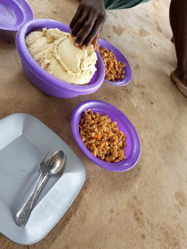 Zu Mittag gibt es immer den Maisbrei Nsima, jeden Donnerstag wie hier zu sehen mit Sojapieces.