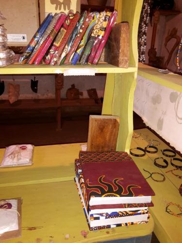 Z.B. als gebundene Tagebücher oder für andere Zwecke, wo man eben Papier zum Schreiben oder Malen braucht.