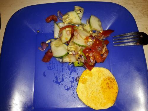 getoastete Süßkartoffelscheiben mit Advocadocreme und Salat zum Abendessen