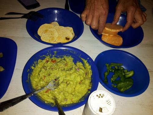 getoastete Süßkartoffelscheiben mit Avocadocreme und Salat zum Abendessen