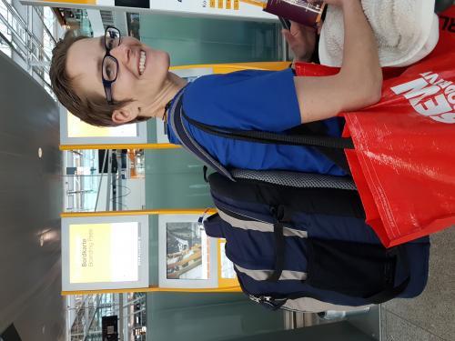 Erster kniffeliger Schritt geschafft!  2 je fast 24 kg schwere Koffer regulär aufgegeben und zusätzlich einen Trolley mit knapp 14 kg als kostenlose Serviceleistung! Und alles für die gesamte Hinreise-Strecke! Danke an den netten jungen Herrn am Lufthansa Check-In ! Und ich bin natürlich auch eingechecked ...  ✈