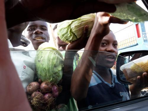 Auf dem Weg vom Flughafen Chileka in Blantyre zur Farm wurden die Zutaten fürs Abendessen gekauft.
