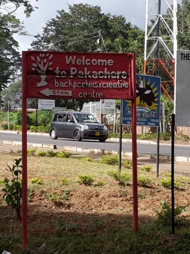 Mein Quartier in der Stadt Zomba. Es liegt hinter der Polizeistation (siehe Schild im Hintergrund) ...