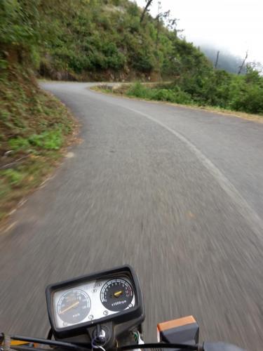 Auffahrt zum Plateau mit dem Motorradtaxi bei Linksverkehr.
