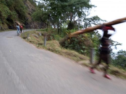 Auffahrt zum Plateau mit dem Motorradtaxi und entgegenkommendem Schwertransport ...